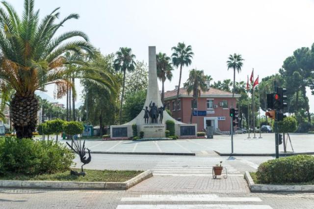 Памятник Кемалю Ататюрку в центре Алании