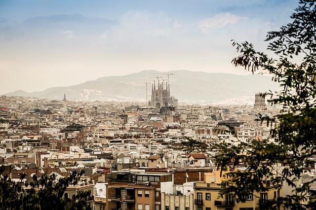 Панорама Барселоны с собором Сограда Фамилия на горизонте