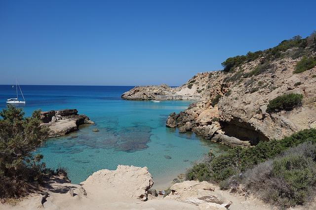 Скалистые берега острова Ибица