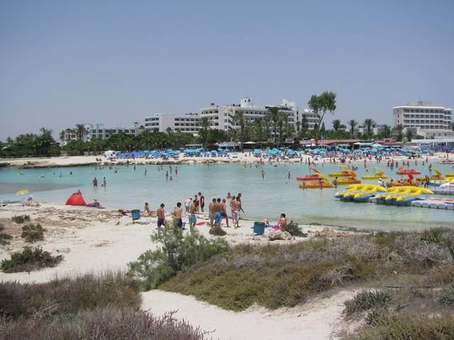Нисси Бич - один из самых популярных и многолюдных пляжей Кипра