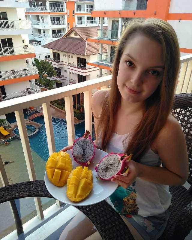 Паттайя Таиланд Фрукты на балконе