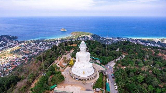 Большой Будда наблюдает за происходящим на острове