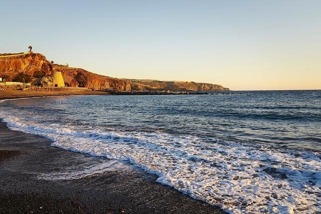 Черный вулканический песок на пляжах Тенерифе