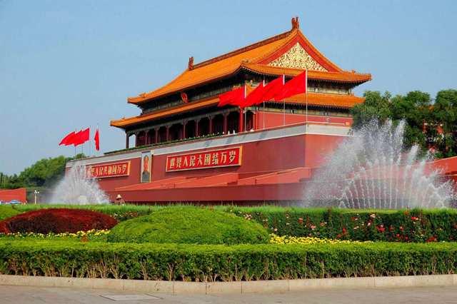 Портрет Мао на фасаде Императорского дворца