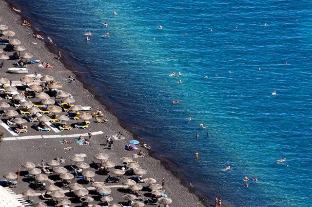 фото: Камари - черный пляж на Санторини