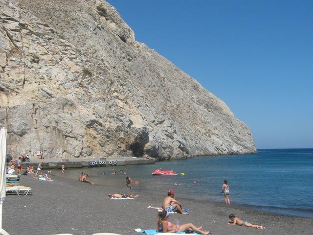 Темно-серый вулканический песок на пляже Перисса