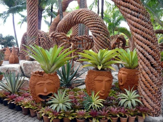 Выставка горшков (Pottery Display) в тропическом саду