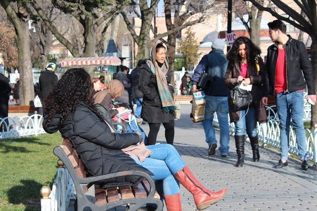 Местные жители на улицах Стамбула