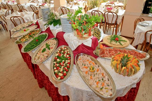 Шведский стол в ресторане отеля HOTEL BROWN ATRIUM Римини