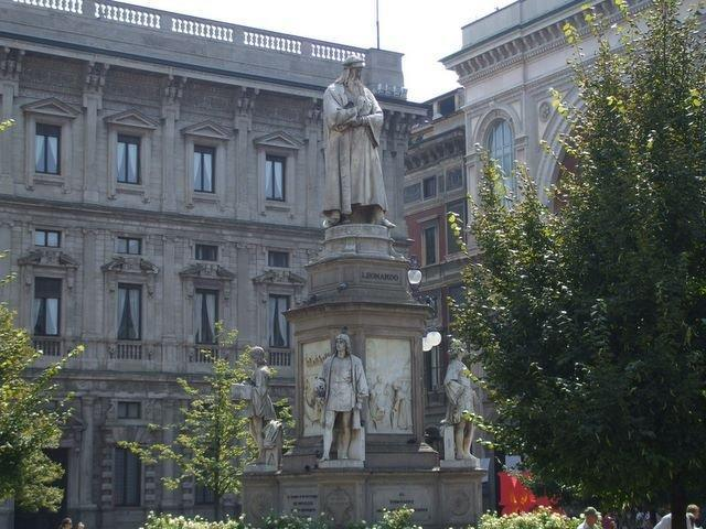 Памятник великому Да Винчи перед входом в музей науки и техники