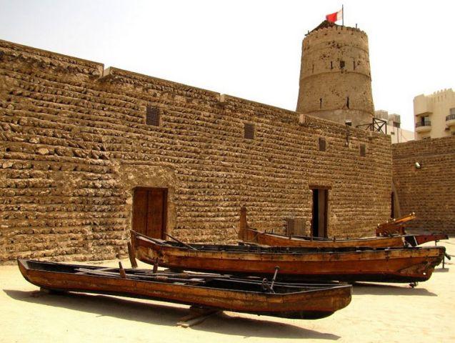 Старинные арабские лодки Доу во дворе исторического музея Дубаи