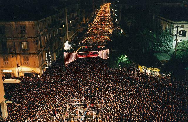 Праздничное шоу на улицах Рима