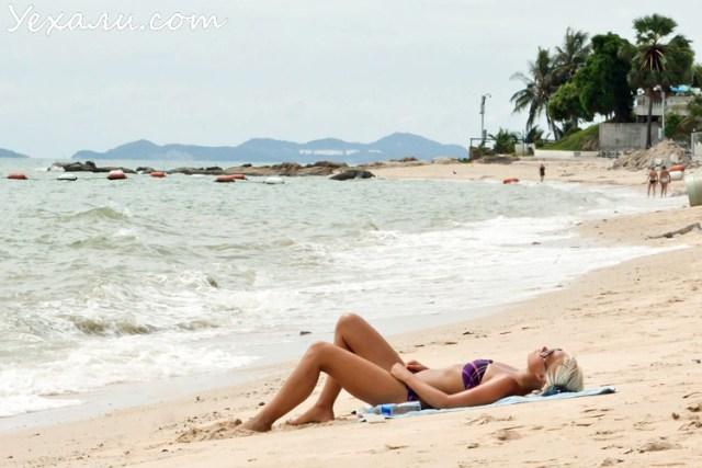 Девушка на пляже в Паттайя