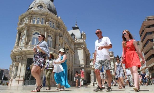 Туристы на улицах Испании