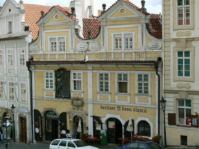 Дом «У двух солнц» в Праге Чехия