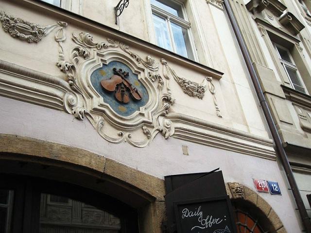 Дом «У трех скрипок» в Праге Чехия