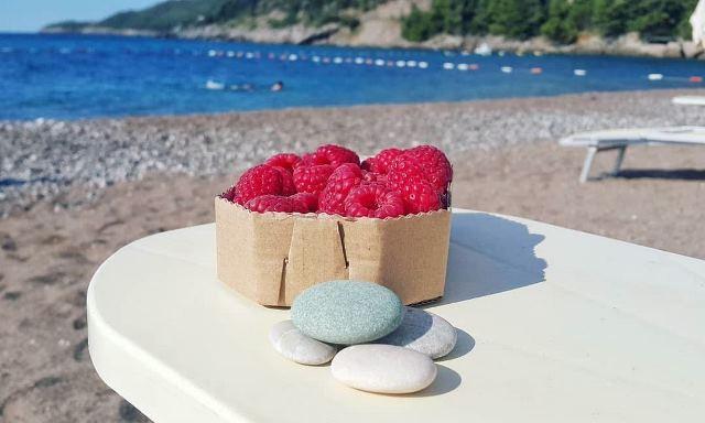 Малинка на пляже в Бечичи