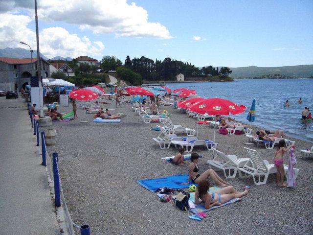 Галечный пляж в Тивате
