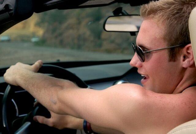 С голым торсом за рулем