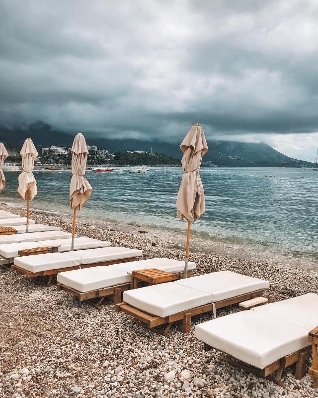 Лежаки и зонты на пляже Будвы