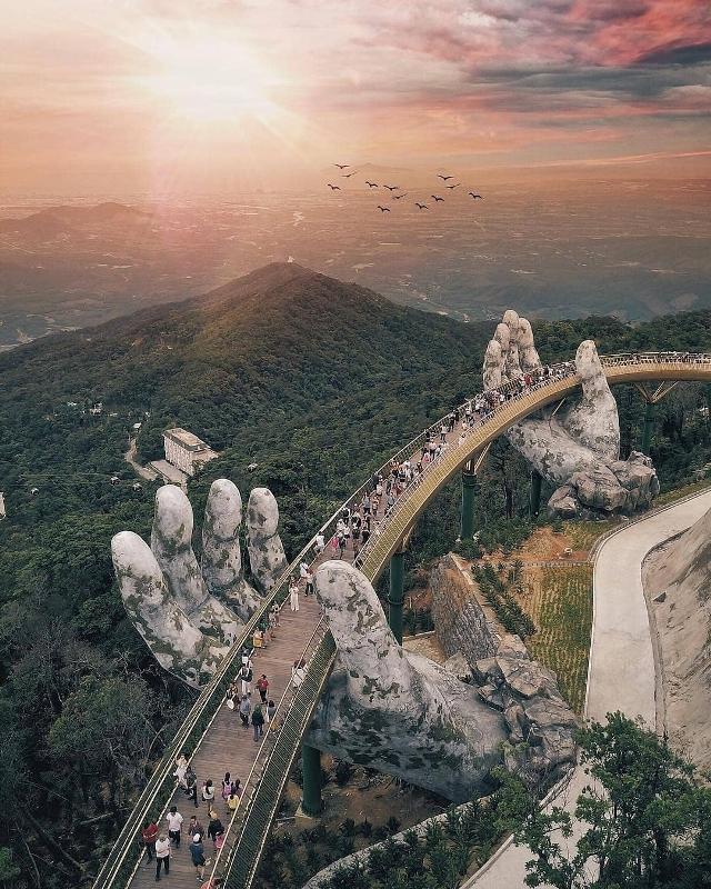 Золотой мост во Вьетнаме, декоративной опорой которому служат гигантские руки.