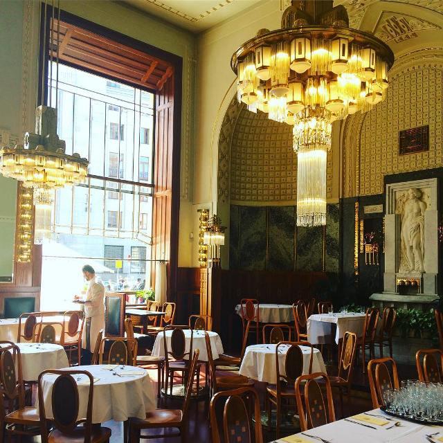 Зал ресторана в Муниципальном доме в Праге