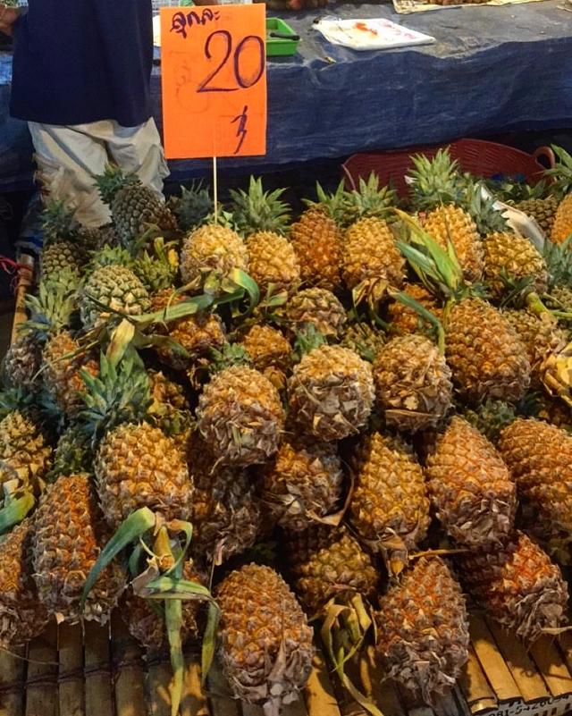 Ананасы на рынке