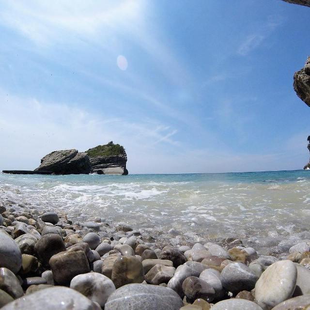Галечный пляж на острове Святого Николая