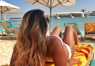 Девушка на пляже Дубаи
