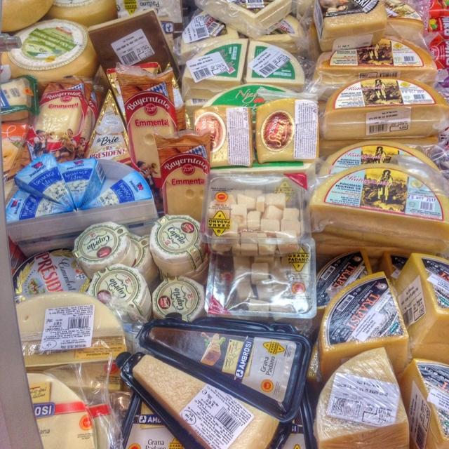 На прилавках черногрских супермаркетов огромный ассортимент сыров