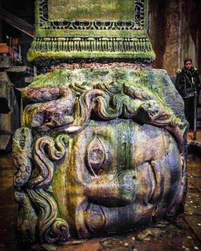 Голова медузы лежащая на боку в Цистерне Базилика