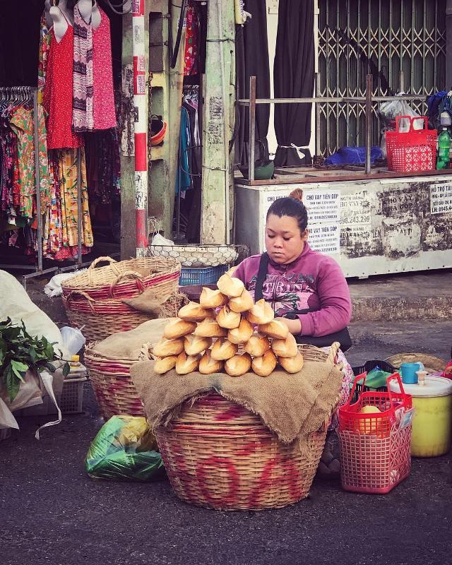 Продажа багетов на одном из рынков