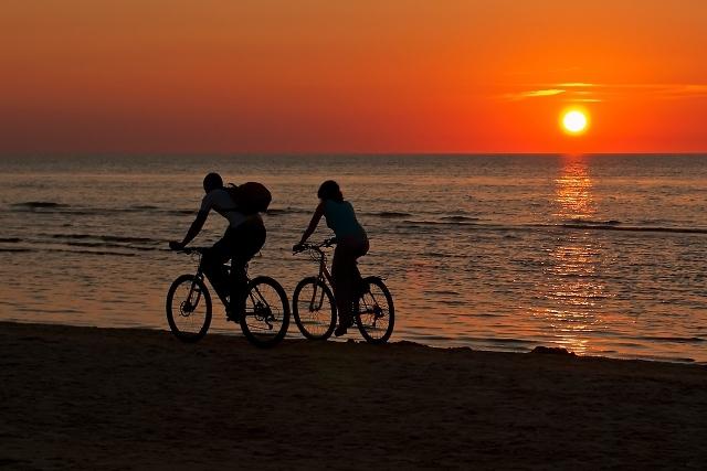 Осень отличное время для романтических велопрогулок вдоль моря.