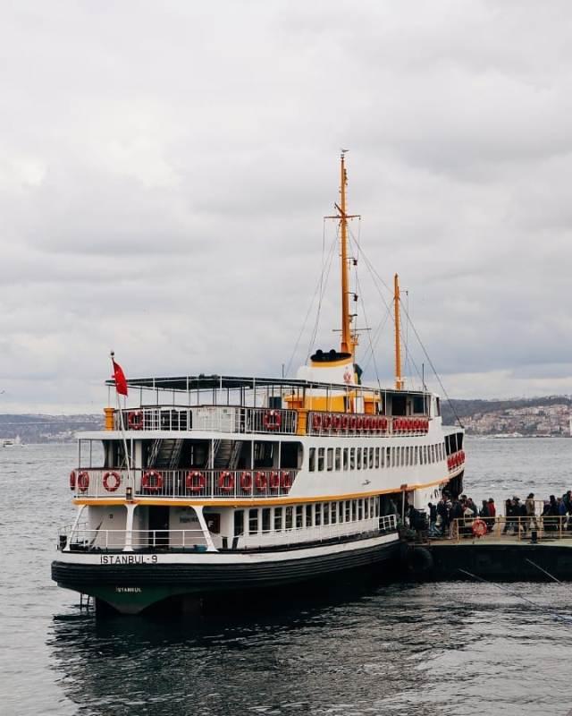 Посадка на кораблик на пристани Эминёню