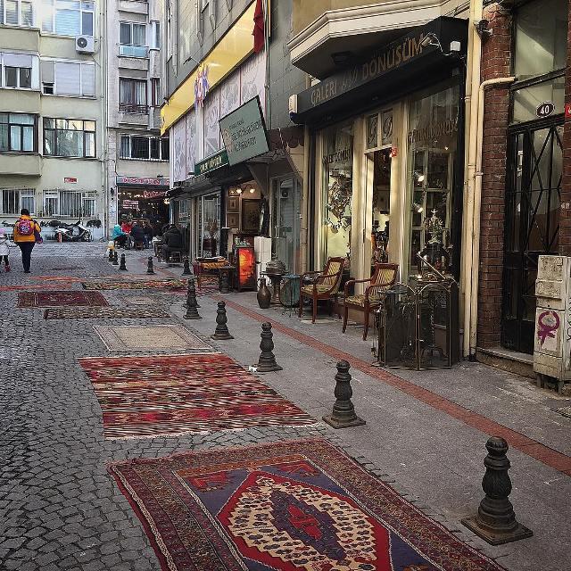 Торговля идет прямо на улицах города.