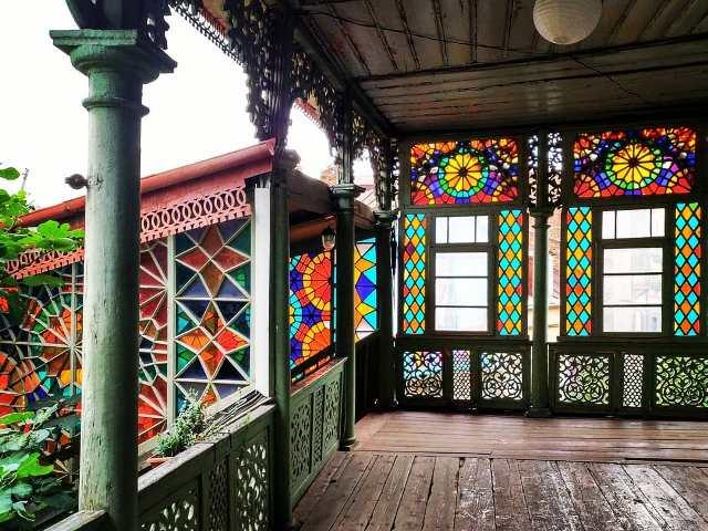 Парадная «Калейдоскоп» в старом Тбилиси.