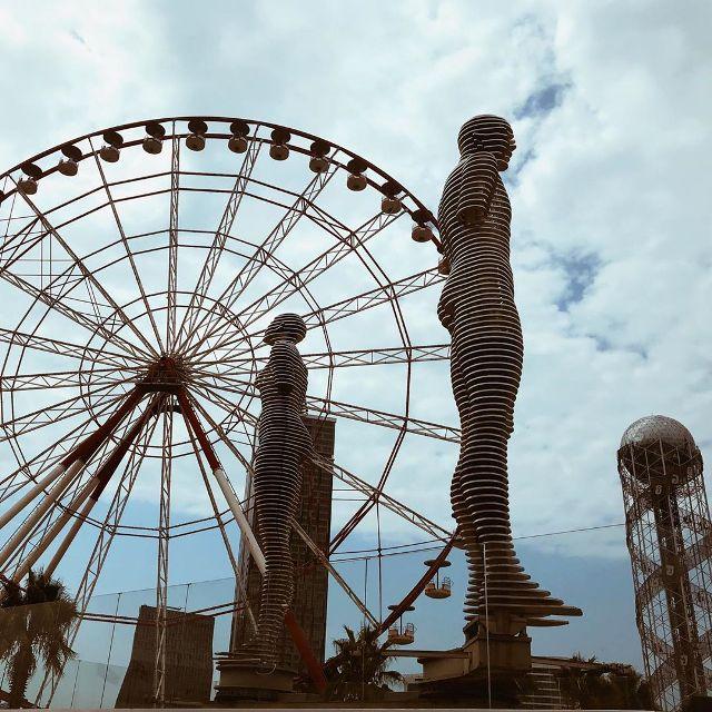 Скульптура «Али и Нино» в Батуми