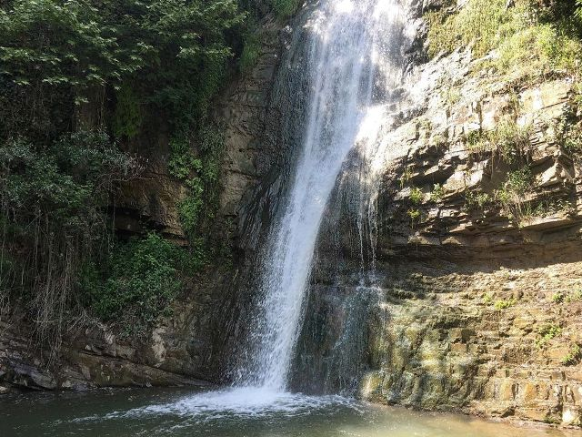 Водопад в ботаническом саду Тбилиси
