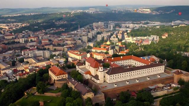 Вид на замок Шпильберг и Брно с высоты птичьего полета.