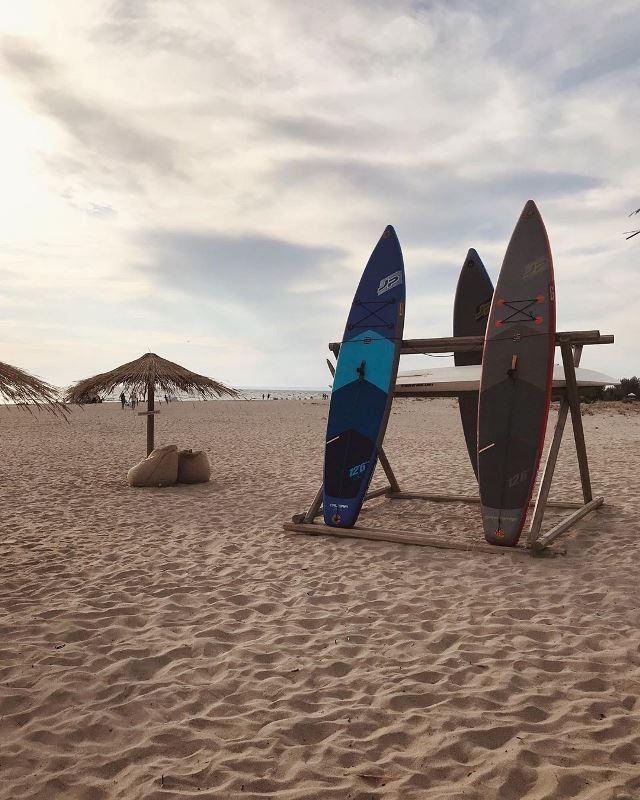 Песчаный пляж в поселке Мирный (Крым)