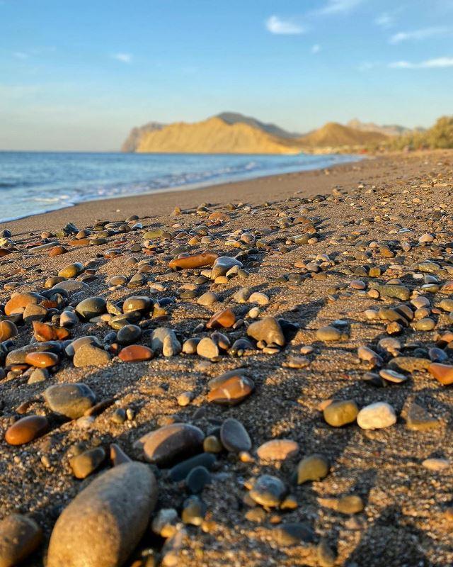 Уютный пляж в Тихой бухте рядом с Коктебелем