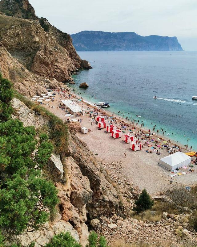 Вид на пляж Васили со скалы