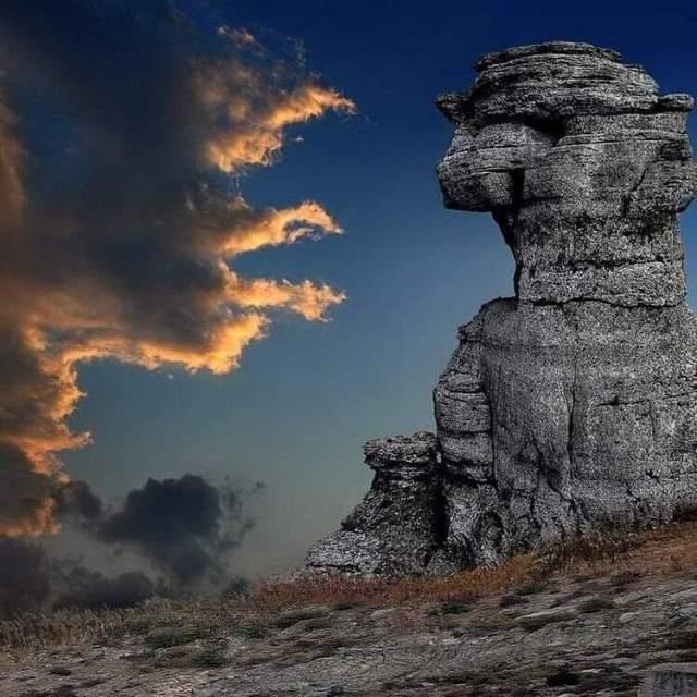 Каменные изваяния в Долине Привидерний. Крым