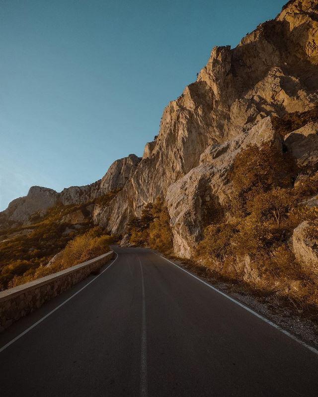 На местных дорогах сейчас пустынно.