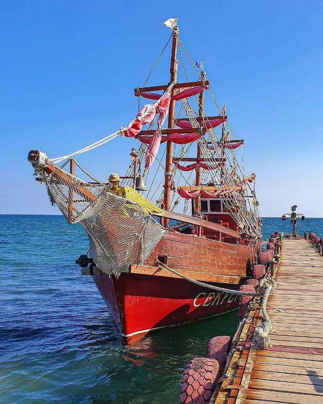 На таком корабле и проходит экскурсия вокруг Кара-Дага.