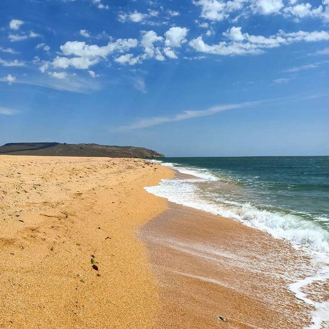 Песчаный пляж на берегу Кояшского озера