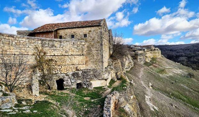 Развалины древней крепости Чуфут-Кале