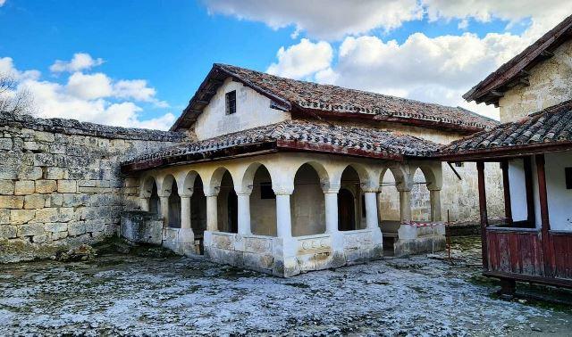 Добраться к Чуфут-Кале очень просто. Доезжаете до Свято-Успенского монастыря и потом пешочком до самого каменного города. Хороший маршрут для прогулок и кардио