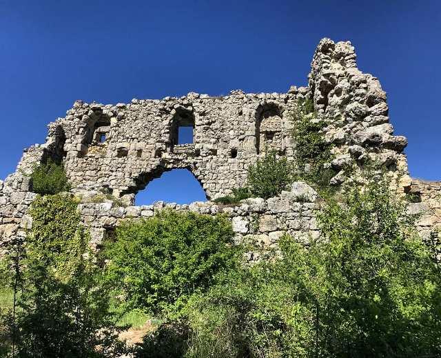 Древние развалины в горном Крыму
