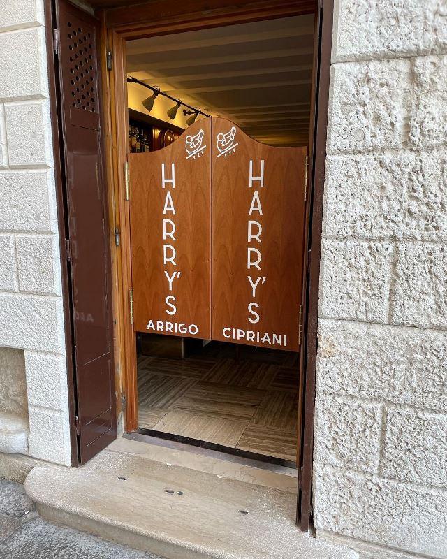 Вход в Harry's bar в Венеции